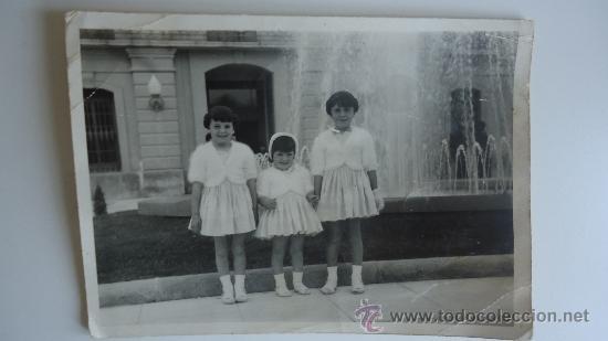 FOTO ANTIGUA NIÑAS EN LA GLORIETA DE MURCIA FOTOGRAFIA DE 3 NIÑAS DE LOS 50-60S VESTIDAS DE DOMINGO (Fotografía Antigua - Albúmina)