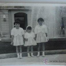 Fotografía antigua: FOTO ANTIGUA NIÑAS EN LA GLORIETA DE MURCIA FOTOGRAFIA DE 3 NIÑAS DE LOS 50-60S VESTIDAS DE DOMINGO. Lote 37728606