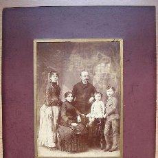 Fotografía antigua: FOTOGRAFIA ANTIGUA DE RETRATO FAMILIAR. ALBUMINA. POSIBLEMENTE FAMILIA SEVILLANA. Lote 38405616