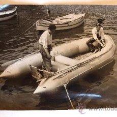 Fotografía antigua: FOTO ASSOCIATED PRESS PHOTO ALAIN BOMBARD NAUFRAGIO NAUFRAGO VOLUNTARIO. 1954. VER REVERSO TEXTO. Lote 38451128