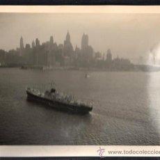 Fotografia antiga: FOTOGRAFIA MOTONAVE COVADONGA. TRASATLANTICA,VIAJE INAUGURAL A NEW YORK. ENTRANDO EN EL PUERTO 1953. Lote 39167283