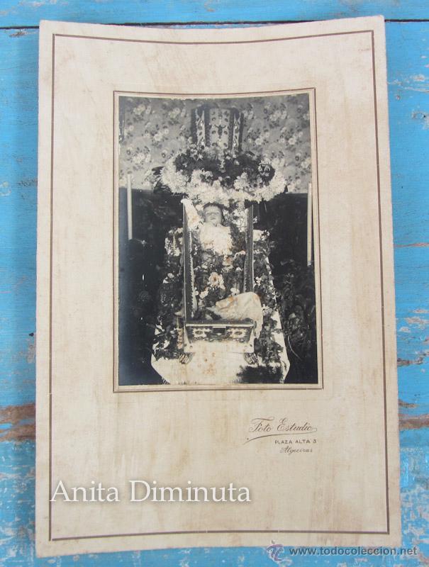 ANTIGUA FOTOGRAFIA ALBUMINA DE NIÑO O NIÑA MUERTA - DIFUNTO MUERTO POST MORTEM - FOTO ALGECIRAS (Fotografía Antigua - Albúmina)
