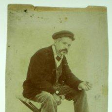 Fotografía antigua: FOTOGRAFÍA COSTUMBRISTA HOMBRE SENTADO OFICIO GORRA FUMANDO PP S XX. Lote 39919235