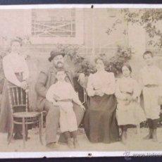 Fotografía antigua: FOTOGRAFÍA FAMILIAR EXTERIOR. FOT. ELEUTERIO ALMENARA, CÓRDOBA. 17,2 X 24,7 CM. Lote 39964820