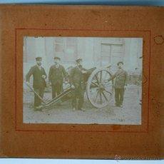Fotografía antigua: FOTOGRAFÍA CAÑÓN CON GRUPO FERROVIARIOS UNIFORME PP S XX. Lote 40442199