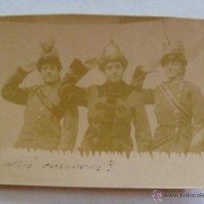 Fotografía antigua: FOTO CURIOSA DE 3 MUJERES VESTIDAS CON UNIFORMES CABALLERIA : CASCO, LEOPOLDINA Y CHACÓ , SIGLO XIX.. Lote 41141931