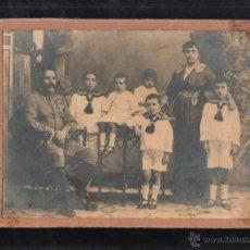 Fotografía antigua - FOTOGRAFIA DE UN MILITAR ESPAÑOL CONDECORADO CON SU FAMILIA. CEUTA. 1914. 24 X 18CM. - 41279018