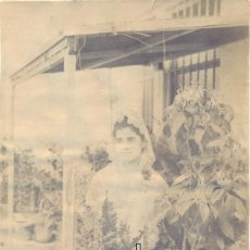 Fotografía antigua: MALAGA, SIGLO XIX, PRECIOSA ALBUMINA DE UNA MALAGUEÑA EN UN PATIO,110X148MM. Lote 42928047