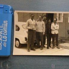 Fotografía antigua: ANTIGUA FOTOGRAFIA MUCHACHOS Y UN SEAT. Lote 43120269
