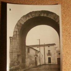 Fotografía antigua: ANTIGUA FOTOGRAFÍA - ARCO DE TRAJANO - MERIDA - 1946. Lote 43201906
