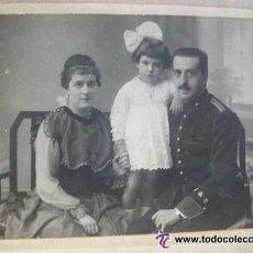 Fotografía antigua: FOTO DE ESTUDIO DE CAPITAN DE ARTILLERIA DE GALA CON FAMILIA , EPOCA ALFONSO XIII . 8,5 X 12 CM. ... Lote 43538760