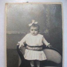 Fotografía antigua: FOTO DE ESTUDIO DE NIÑA PEQUEÑA DE PRINCIPIOS DE SIGLO . 10 X 14 CM .. Lote 43865021