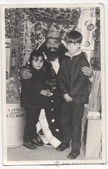 NIÑOS ENTREGAN LA CARTA A LOS REYES MAGOS EN MADRID O AVILES HACIA 1960 - FOTO ANTIGUA (Fotografía Antigua - Albúmina)
