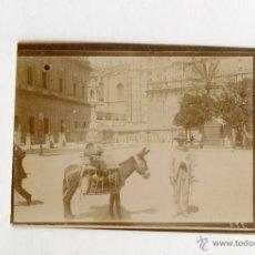 Fotografía antigua: PEQUEÑA FOTO DE UN VENDEDOR EN LOS AREDEDORES DE LA CATEDRAL DE SEVILLA. Lote 44449662