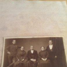 Fotografía antigua: FOTOGRAFIA SOLDADO CONDECORADO CON FAMILIA, PRINCIPIOS 1900. Lote 44812545
