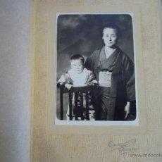Fotografía antigua: RARISIMA ANTIGUA FOTOGRAFIA ENCARPETADA RETRATO ALBUMINA ABUELA NIETO JAPON PRINCIPIOS XX. Lote 45076507