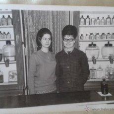 Fotografía antigua: FOTOGRAFIA DE DEPENDIENTES EN COMERCIO DE LOS 60S. Lote 45078156