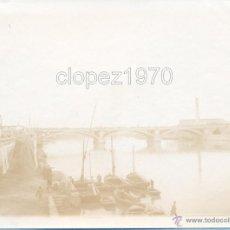 Fotografía antigua: SEVILLA, SIGLO XIX, ALBUMINA PUENTE DE TRIANA Y EMBARCADERO DEL GUADALQUIVIR,120X90MM. Lote 45586877