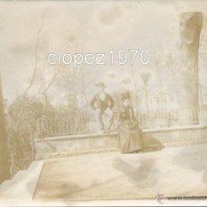 Fotografía antigua: SEVILLA, SIGLO XIX, ALBUMINA PAREJA EN LA PLAZA DE AMERICA,120X90MM. Lote 45631621