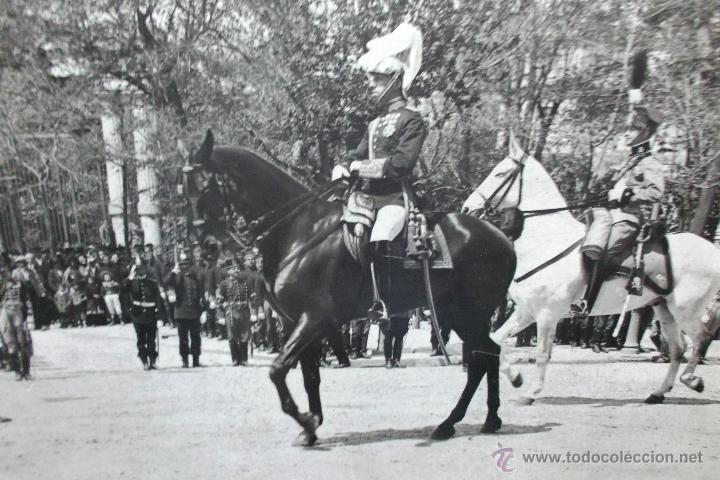 FOTOGRAFIA DEL REY ALFONSO XIII EN DESFILE MILITAR A CABALLO EN MADRID, PRINCIPIOS SIGLO XX 23X17 CM (Fotografía Antigua - Albúmina)