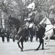 Fotografía antigua: FOTOGRAFIA DEL REY ALFONSO XIII EN DESFILE MILITAR A CABALLO EN MADRID, PRINCIPIOS SIGLO XX 23X17 CM. Lote 45851574