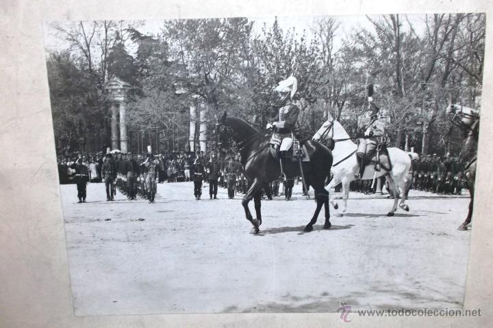 Fotografía antigua: FOTOGRAFIA DEL REY ALFONSO XIII EN DESFILE MILITAR A CABALLO EN MADRID, PRINCIPIOS SIGLO XX 23X17 CM - Foto 2 - 45851574