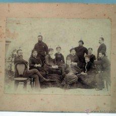 Fotografía antigua: FOTOGRAFÍA ALBÚMINA GRUPO FAMILIAR HOMBRE Y MUJERES POSANDO MUEBLES THONET PP S XX. Lote 46074700