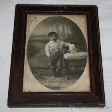 Fotografía antigua: BONITA FOTOGRAFIA ANTIGUA DE UN NIÑO CON SU MARCO Y CRISTAL, CIRCA 1900, ESCRITA DETRAS. Lote 46549890