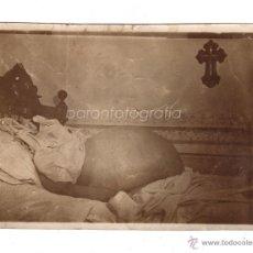Fotografía antigua: FOTOGRAFÍA DE UN CADAVER OBESO EN LA CAMA, 1900'S APROX. BARCELONA PROCEDENCIA. 12X8,5 CM.. Lote 47940747