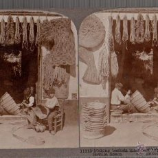 Fotografía antigua: FOTOGRAFIA ESTEREOSCOPICA ALBUMINA SEVILLA HACIENDO CESTOS DE ESPARTO. CIRCA 1900. Lote 48158307