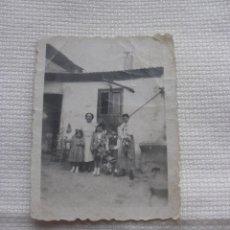 Fotografía antigua: PEQUEÑA FOTOGRAFIA EN FIESTAS HOJAS DE PALMA MURCIA JUEVES SANTO. Lote 48413420