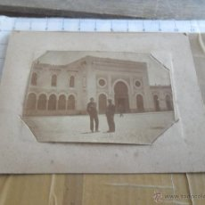 Fotografía antigua: FOTO FOTOGRAFIA ALBUMINA A IDENTIFICAR MILITAR MARINA OFICIALES DELANTE EDIFICIO ZONA MARRUECOS. Lote 48450794