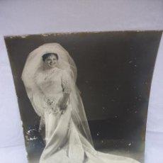 Fotografía antigua: ANTIGUA FOTOGRAFÍA DE ESTUDIO DE BODA EN MURCIA AÑOS 60S CHICA DE NOVIA VESTIDO ANTIGUO DE NOVIA. Lote 48610229