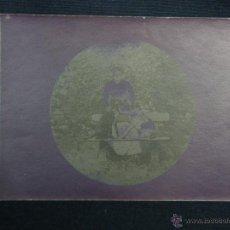 Fotografía antigua: REVELADO NEGATIVO CARTULINA POSTAL MUJER EN UN BANCO DOS PERROS TONDO 67MM 2ª MITAD S XIX 8,5X12. Lote 48632492
