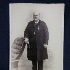 Fotografía antigua: FOTO ALBUMINA CABALLERO CON CHAQUETA Y CHALECO MEDALLA VDA DE AMAYRA Y FERNANDEZ 17X10,5CMS. Lote 48891114