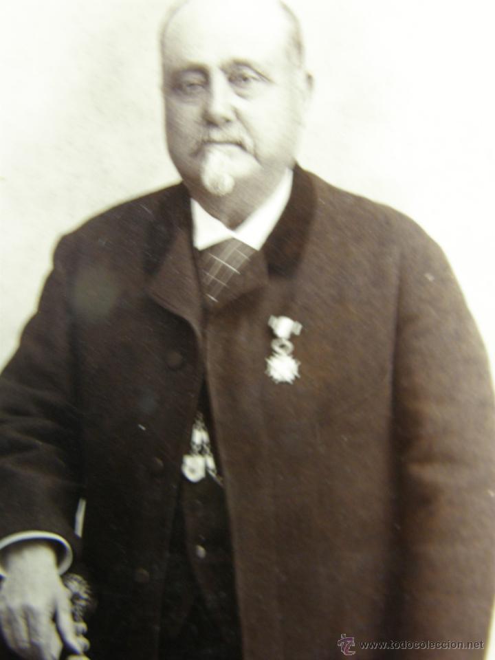 Fotografía antigua: foto albumina caballero con chaqueta y chaleco medalla vda de amayra y fernandez 17x10,5cms - Foto 2 - 48891114