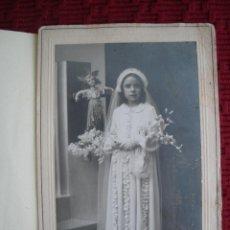 Fotografía antigua: FOTO DE UNA NIÑA EN EL DIA DE SU PRIMERA COMUNIÓN, REALIZADA POR G. BRAVO MADRID.. Lote 48899657