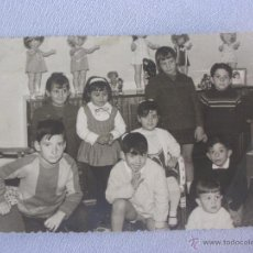 Fotografía antigua: ANTIGUA FOTOGRAFIA NIÑOS EN SALÓN CON MUÑECAS Y BONITA DECORACIÓN DE LOS AÑOS 60. Lote 49173137