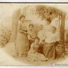 Fotografía antigua: ANTIGUA ALBUMINA 17 X 11 CTMS. GRUPO FAMILIAR POSANDO EN EL JARDÍN. HACIA 1900S. Lote 49299375