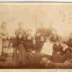 Fotografía antigua: ANTIGUA ALBUMINA 18 X 12 CTMS. GRUPO FAMILIAR POSANDO EN EL JARDÍN. HACIA 1900S. Lote 49299412