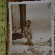 Fotografía antigua: ANTIGUA FOTOGRAFIA ALBUNICA CADIZ NIÑA PEQUEÑA JUGANDO . Lote 49326383