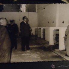 Fotografía antigua: FOTOGRAFIA CADIZ FOTOS REFERENCIA JUMAN - ALCALDE JERONIMO ALMAGRO VISITA A LA PERRERA. Lote 49328624
