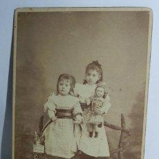 Fotografía antigua: FOTOGRAFIA ALBUMINA DE NIÑAS CON MUÑECA Y GATO CON CARTEL DE PUBLICIDAD DE LA TRINIDAD (CHOCOLATE RO. Lote 49538774