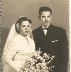 Fotografía antigua: ANTIGUA FOTOGRAFIA EN BLANCO Y NEGRO DE UNA PAREJADE NOVIOS EN LA BODA DE LA CASA JOSE MARTINEZ. Lote 117233802