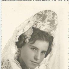 Fotografía antigua: ANTIGUA FOTOGRAFIA EN BLANCO Y NEGRO DE UNA FALLERA VESTIDA CON TRAJE CARTON BLANDO. Lote 195421066