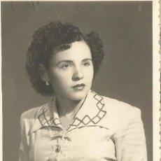 Fotografía antigua: ANTIGUA FOTOGRAFIA EN BLANCO Y NEGRO DE UNA MUJER EN FORMATO CARTON BLANDO DE LA CASA JOSE MARTINEZ. Lote 195420946