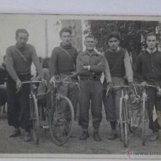 Photographie ancienne: F-880. FOTOGRAFIA JOVENES CICLISTAS CON SU ENTRENADOR. AÑOS CUARENTA.. Lote 50646953