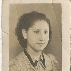 Fotografía antigua: ANTIGUA FOTOGRAFIA EN BLANCO Y NEGRO EN PAPEL EN FORMATO CARNET DE UNA CHICA. Lote 195420818