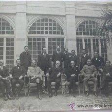 Fotografía antigua: CORONEL DE CABALLERIA Y COMANDANTE GUARDIA CIVIL CON FUERZAS VIVAS DE MALAGA . 17 X 23 CM.. Lote 51553070
