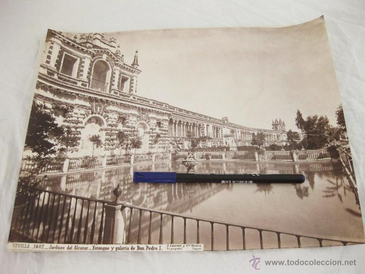 FOTOGRAFÍA ALBÚMINA DE J. LAURENT. 25 X 33,5. SEVILLA 1407. JARDINES DEL ALCAZAR. ESTANQUE Y GALERIA (Fotografía Antigua - Albúmina)